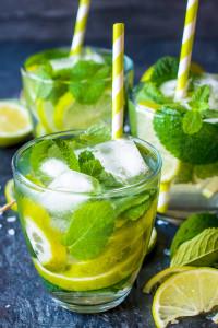 Orzeźwiający drink!. Woda z lodem, miętą i limonką