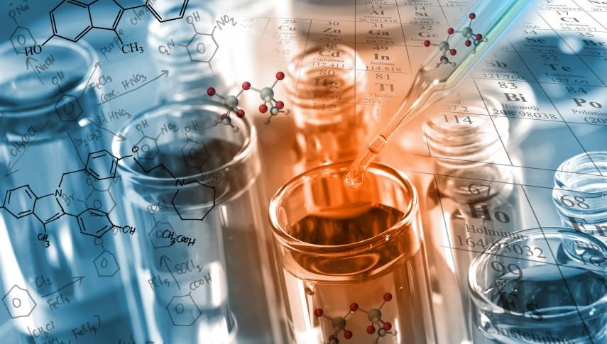 probowki-z-niebieska-i-pomaranczowa-substancja-na-tle-tablicy-mendelejewa-855x485